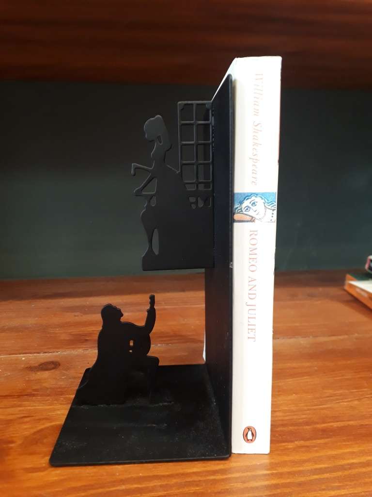 Romeo and Juliet single bookend. Black metal 12 euro